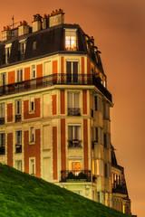 Haus auf dem Montmartre in Paris bei Nacht