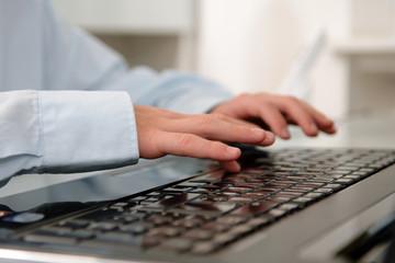 Laptop-Tastatur & Kinder-Hände