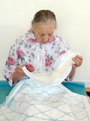 Seniorin betrachtet ihre Inkontinenzeinlagen