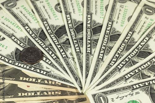 Dollarscheine und Münze
