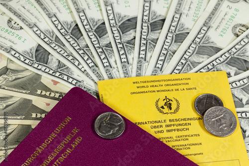 Dollarscheine und Reisepass