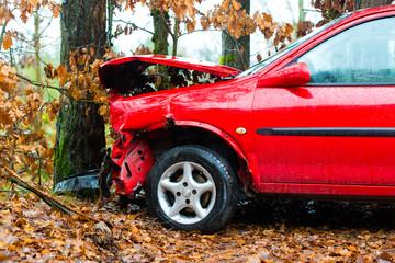 Unfall - Auto prallte gegen Baum