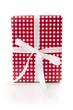 Geschenk in rot weißem Karopapier