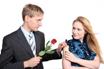 Junges Paar mit Rose