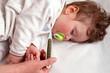 Pediatra misura la temperatura del bimbo