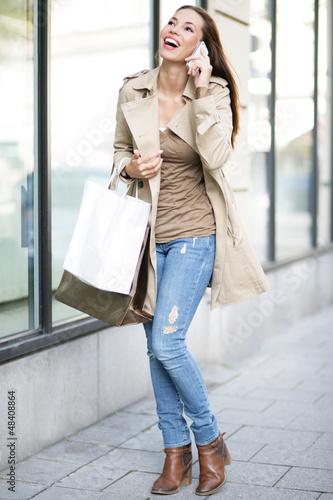glückliche Frau war einkaufen