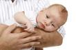 Niedlicher Säugling auf dem Arm seines Vaters