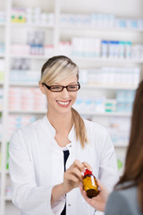 apothekerin verkauft medikament
