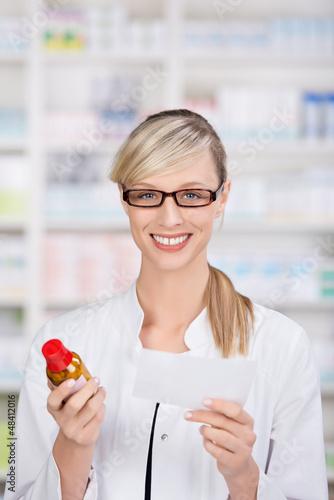 apothekerin mit rezept und medikament