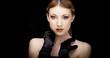 Modella bionda con guanti neri