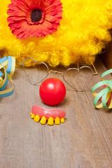Clownskostüm mit faulen Zähnen