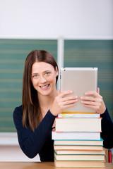 studentin mit tablet und einem stapel bücher