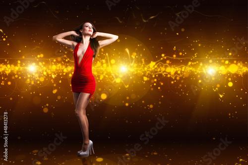 sexy Frau in rotem Minikleid