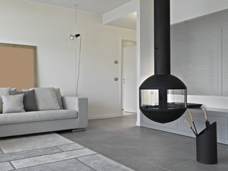 angolo di moderno soggiorno con camino in ferro