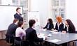 Geschäftsleute an einem Tisch in einer Konferenz