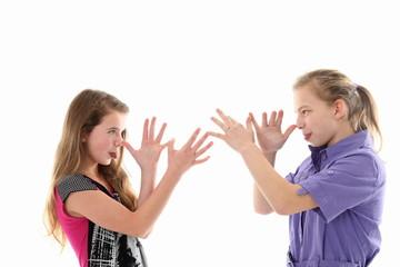 2 Mädchen ärgern sich