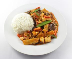 Gebratener Tofu mit Gemüse und Reis
