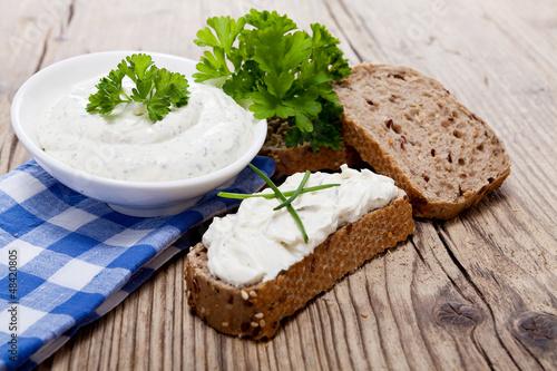 canvas print picture Frischer Kräuterquark frischkäse mit gesundem Brot