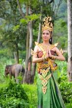 Femmes asiatiques en costume traditionnel de la Thaïlande