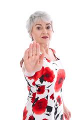 Ältere Frau setzt sich zur Wehr