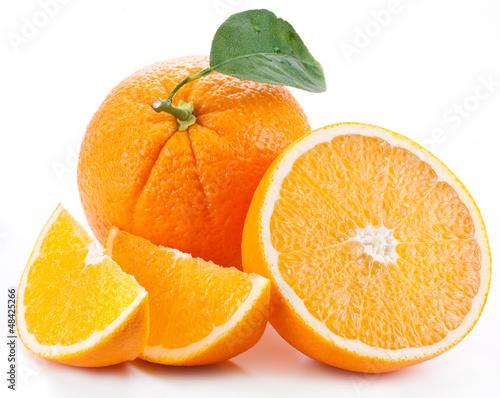 Pomarańcze z liściem na białym tle.