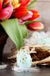 Festliche traditionelle Oster Dekoration mit Korb Tulpen nest un