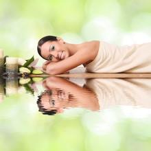 femme souriante dans un spa