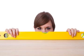Junge Frau prüft, ob sich das Möbelstück in der Waage befindet