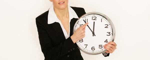 Geschäftsfrau mit Uhr