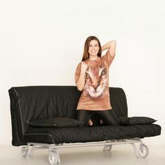 Frau mit Katzenshirt