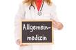 Ärztin mit Schild - Allgemeinmedizin