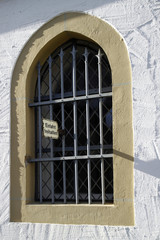 Schild Einfahrt freihalten an einem vergitterten Fenster
