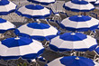 Parasols sur la plage de Nice - France
