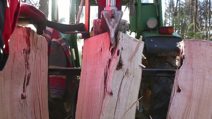 Holzspaltung mit Traktor