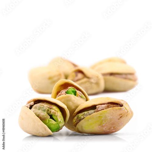 pistacchi in fondo bianco