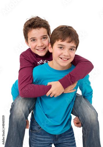 Ziemlich beste Freunde - Zwei freundliche Jungen huckepack