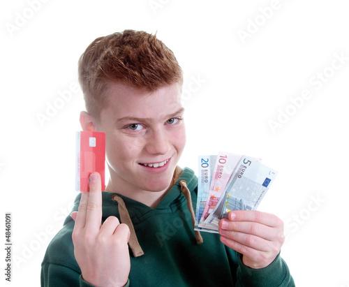 Junge zeigt Bankkarte und Geldscheine