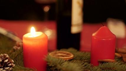 zwei Kerzen auf Adventskranz