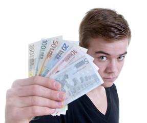 Teenager zeigt Euroscheine gefächert