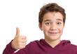 Freundlicher optimistischer Junge mit Daumen hoch - freigestellt