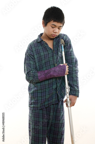 Young asian american boy with broken arm