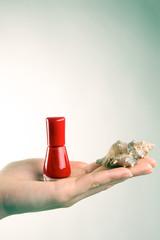 Roter Nagellack auf Handfläche