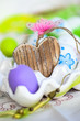 Holzherz im Eierbecher und bunte Eier