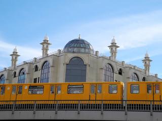 U-Bahn und Moschee