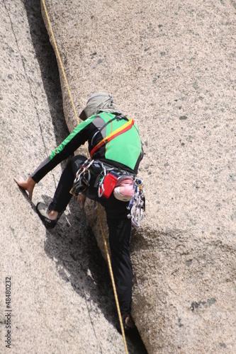 alpinista w skalnej szczelinie 2
