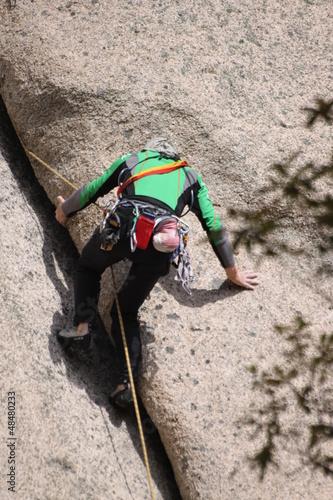 alpinista w skalnej szczelinie