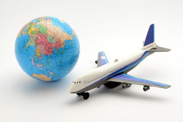 地球儀と飛行機のおもちゃ