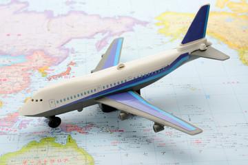 世界地図の上の飛行機のおもちゃ