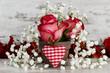Blumenarrangement mit Stoffherz