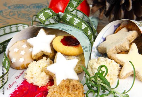 Weihnachtsgebäck in Spitztüte